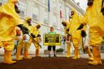 Greenpeace-Aktivisten demonstrieren vor der Wiener Hofburg für ein Glyphosat-Verbot © Greenpeace/Astrid Schwab