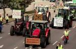 In vielen Städten führten Traktoren die Demo-Züge an. (Foto: CETA und TTIP stoppen / flickr, http://bit.ly/2cSE20c, creativecommons.org/licenses/by-nc/2.0)