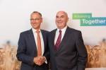 Werner Baumann (links), Vorsitzender des Vorstands der Bayer AG, und Hugh Grant, Chairman und Chief Executive Officer von Monsanto (Foto: Bayer)