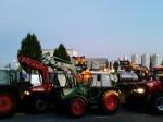 Dutzende Schlepper blockierten den LKW-Verkehr der Molkerei (Bild: privat)