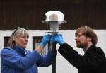 Karl Bär vom Münchner Umweltinstitut (re.) mit der Wissenschaftlerin Maren Kruse-Plaß an einem Passivsammler für Pestizide in der Luft. Foto: Christoph Stache
