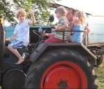 Bauernsternfahrt Kinder auf Trecker
