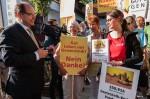 Schmidt nimmt Unterschriften gegen Gentechnik in Empfang